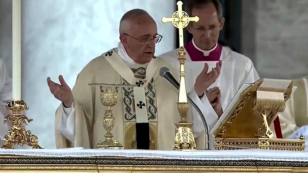 Francisco condenó la violencia contra las mujeres en la primera misa del año