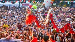 Con artes marciales y competencia de botes dragón, comienza el Año Nuevo Chino