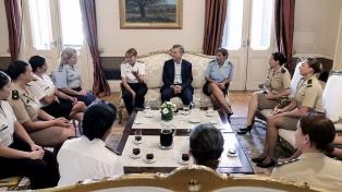 Macri recibió en la Casa Rosada a 12 mujeres de las Fuerzas Armadas
