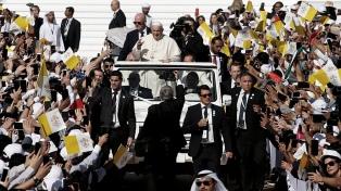 """Masiva misa del Papa en Emiratos Árabes: """"No existen cristianos de primera y de segunda"""""""