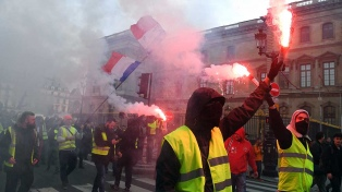 """Decenas de miles de """"chalecos amarillos"""" protestaron contra la política de Macron"""