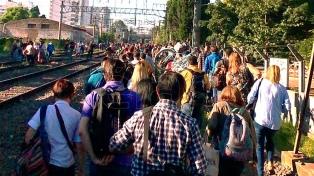Sufrieron una descarga eléctrica dos jóvenes que iban en el techo del tren Roca