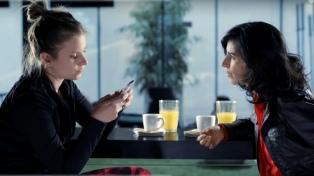 Más de la mitad de los argentinos mira el celular en medio de las conversaciones
