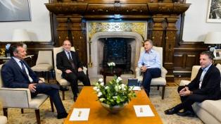 Macri y Dujovne se reunieron con los economistas Arriazu y Artana