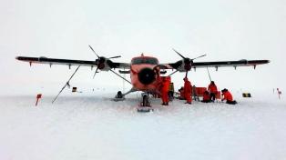 Rescatan a nueve tripulantes de un avión de la Fuerza Aerea accidentado