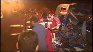 Al menos nueve muertos tras un choque entre un camión y una combi