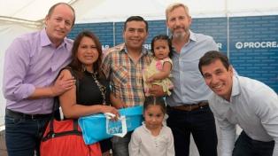 Frigerio y el intendente Insaurralde entregaron viviendas en Lomas de Zamora