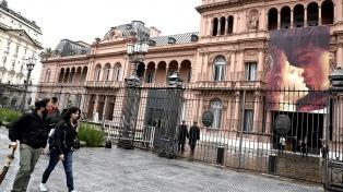 La Casa Rosada amaneció con un banner de Romeo y Julieta
