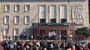Intentaron entrar a la sede de Gobierno en una marcha contra el primer ministro