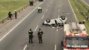 Un muerto al chocar y volcar un auto en la Panamericana