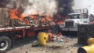 Denuncian que la Policía quemó los primeros camiones con ayuda