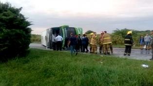 Volcó un micro en la autopista Rosario-Santa Fe: hay 35 heridos