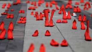 """La muestra """"Zapatos Rojos"""" contra la violencia de género vuelve a la Argentina"""