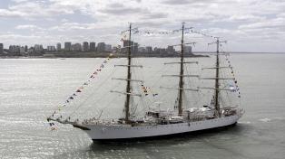 "La fragata ""Libertad"" llegó a Cádiz y fue recibida por el embajador Ramón Puerta"