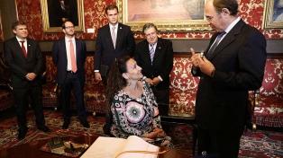 Michetti fue recibida en el Senado y el martes visita al rey Felipe