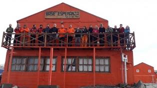 Militares argentinos rescataron a 13 científicos checos en la Antártida