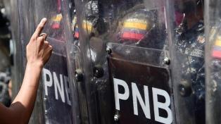 La policía reprimió una marcha contra Maduro