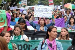 Cientos de mujeres marcharon en reclamo de políticas de género