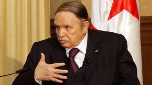 Bouteflika renuncia a su reelección y posterga las presidenciales