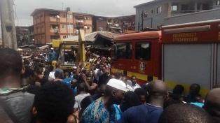 Rescataron a siete niños atrapados por el derrumbe de una escuela