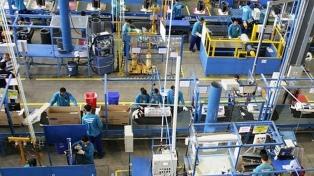 La producción industrial cae 2,3%, arrastrada por la crisis argentina