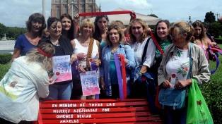 Inauguraron bancos rojos en memoria de las víctimas de femicidios