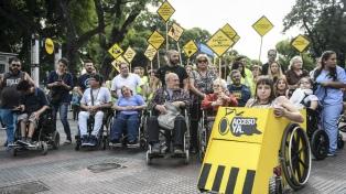 Cientos de personas en sillas de ruedas participaron en una carrera