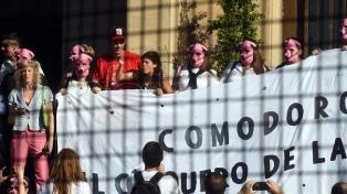 """Con el slogan """"Comodoro Py es un chiquero"""", llevaron un chanchito a los tribunales de Retiro"""