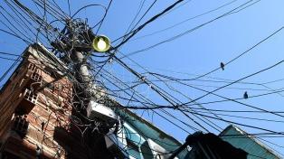 Villa 21-24: la vida entre cables colgando y paredes electrificadas