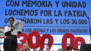 Reponen la placa robada en memoria de Alejandro Almeida