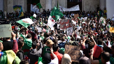 Miles de argelinos marchan para denunciar una