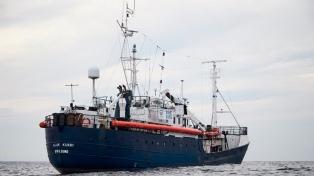 Cierran los puertos a un barco que rescató a 64 náufragos