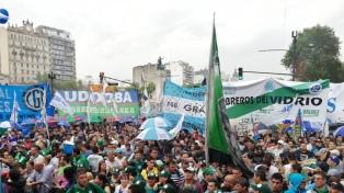 """Gremios de la CGT, de las CTA y piqueteros se movilizaron """"en rechazo al modelo económico"""""""
