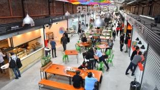 Con comida gourmet y puestos clásicos, reinauguran el mercado de San Nicolás