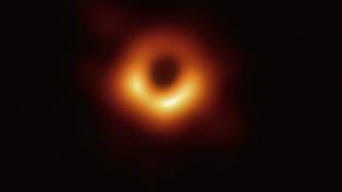 Presentaron la primera foto de un agujero negro, uno de los mayores misterios del universo