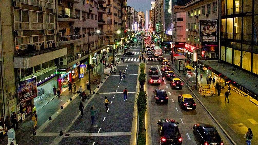 Con voces a favor y en contra y expectativa por ventas, reabrieron el tránsito de avenida Corrientes