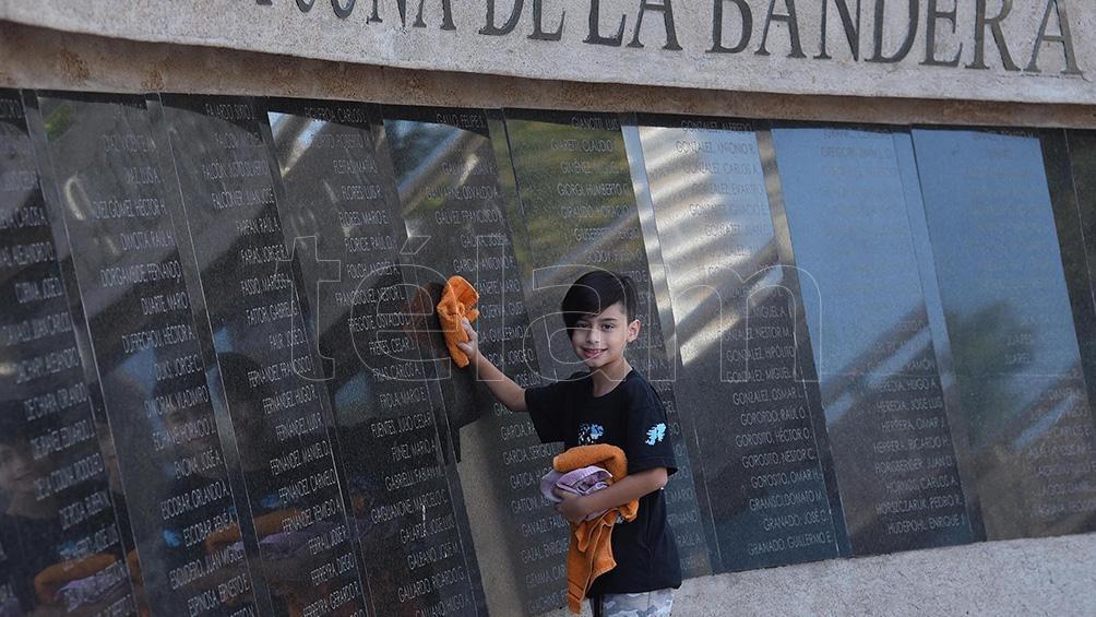ROSARIO: Distinguen a un chico de 9 años por limpiar las placas de los héroes de Malvinas