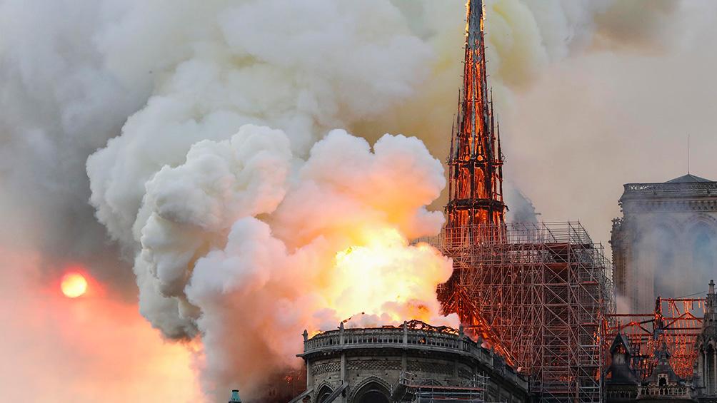 Se incendia la Catedral de Notre Dame en París y evacuan a los turistas