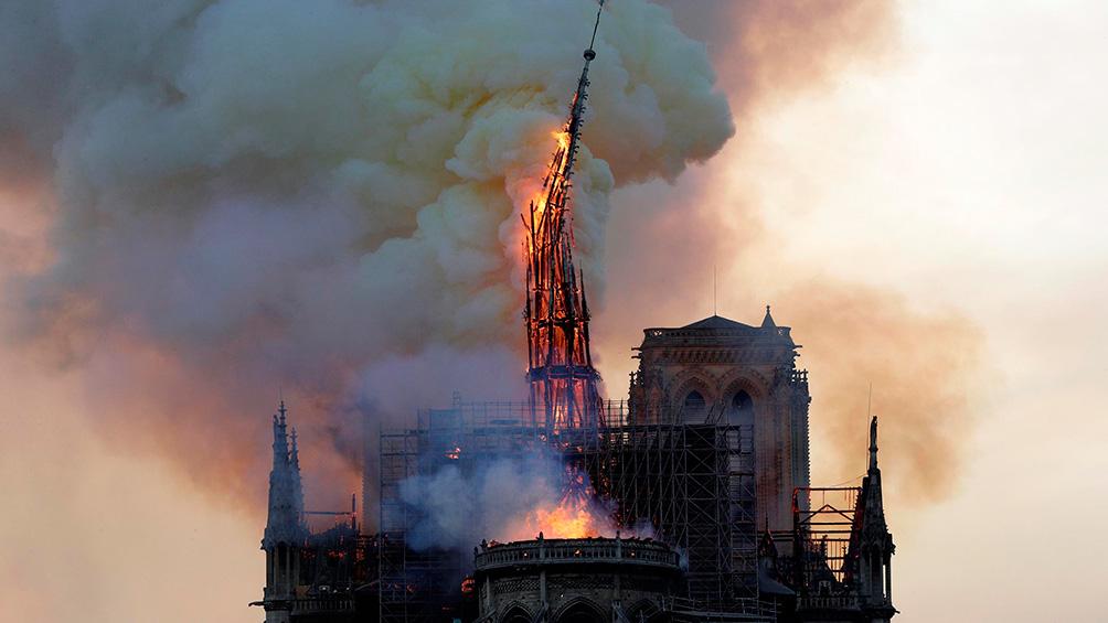 Investigan el incendio en la Catedral de Notre Dame focalizado en la zona de restauración