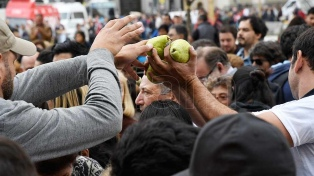 Productores repartieron gratis frutas y verduras en Plaza de Mayo