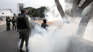 Tras militarizar las calles, el chavismo reprimió una marcha opositora