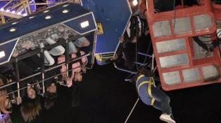 Rescatan a 36 personas que quedaron colgando a 10 metros tras la rotura de un juego