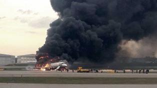 Al menos 41 muertos tras el aterrizaje de un avión en llamas en el aeropuerto de Moscú