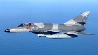 Trasladan cinco aviones de combate comprados a Francia a la base aeronaval de Bahía Blanca