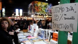 Comprar libros en tiempos de crisis: qué y cómo buscan los lectores en la feria