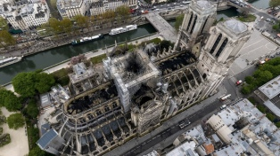 El andamio sobre la cubierta de Notre Dame continúa con peligro de derrumbe