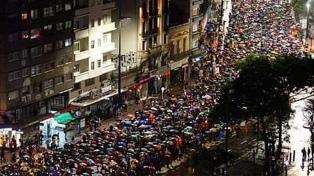 Miles de personas marcharon bajo la lluvia por los desaparecidos en la dictadura