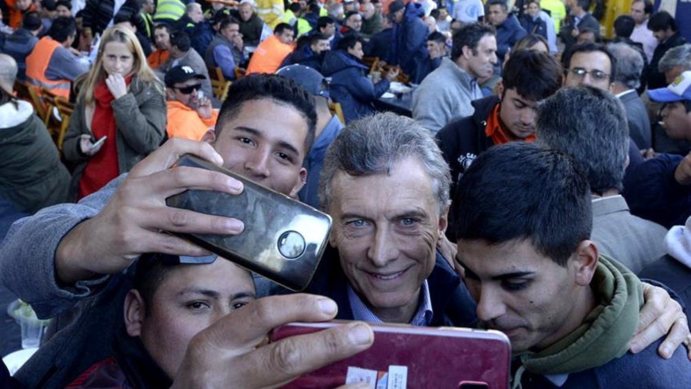 El presidente Mauricio Macri compartió el sábado un asado con los obreros que trabajaron en el Paseo del Bajo.