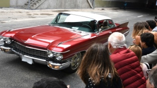 Miles de familias disfrutaron del desfile de autos antiguos y la recorrida por el Paseo del Bajo