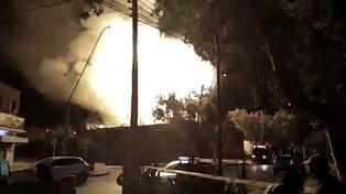 El incendio de un depósito de agroquímicos generó pánico y bomberos heridos